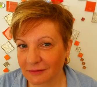 Brigitte après le conseil en image. Nouvelle coupe de cheveux.