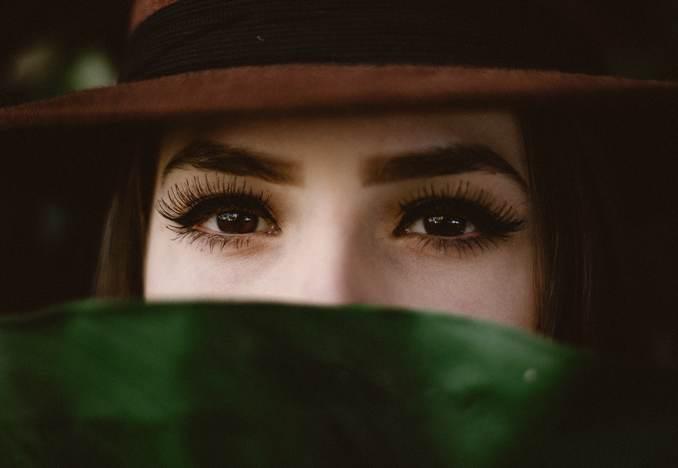 Jeune fille au chapeau. Maquillage des yeux et des cils.