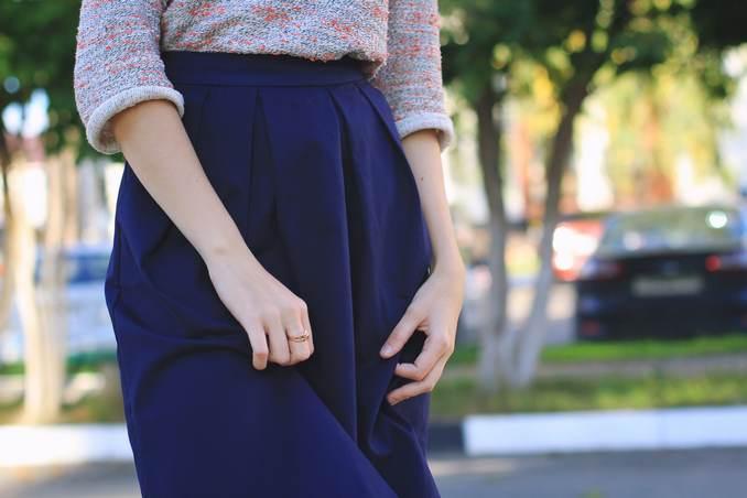 Femme avec longue jupe crayon