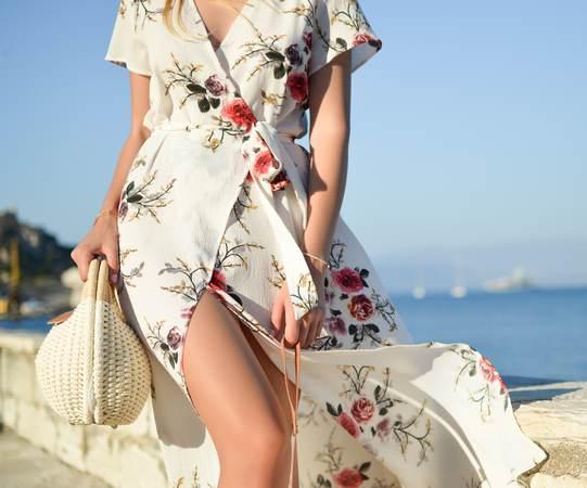 longue robe portefeuille à motifs fleuris