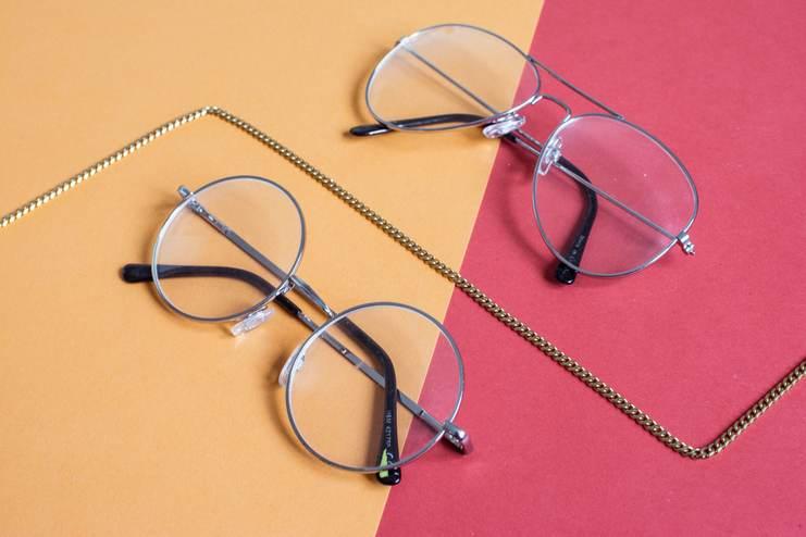 Deux paires de lunettes presque identiques. Seule la forme change : une ronde, une semi-arrondi sur deux aplats colorés