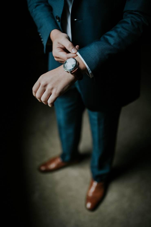 Homme en costume, gros plan sur sa montre