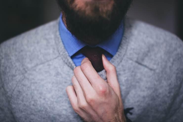 Homme barbu. Gros plan sur sa barbe et le haut du corps.