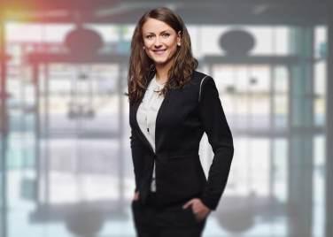 Portrait d'une femme plutôt jeune habillé en tailleur pantalon
